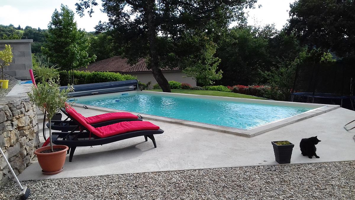 piscina a skimmer sedie rosse