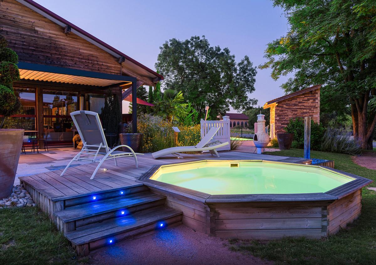 piscina in legno illuminata
